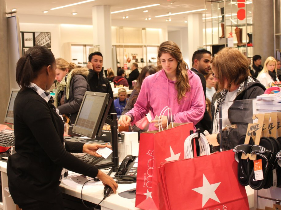 and-they-gobbled-it-up-plenty-of-shoppers-were-sporting-red-macys-bags-on-their-way-out Faire des affaires à New York le jour de la Black Friday