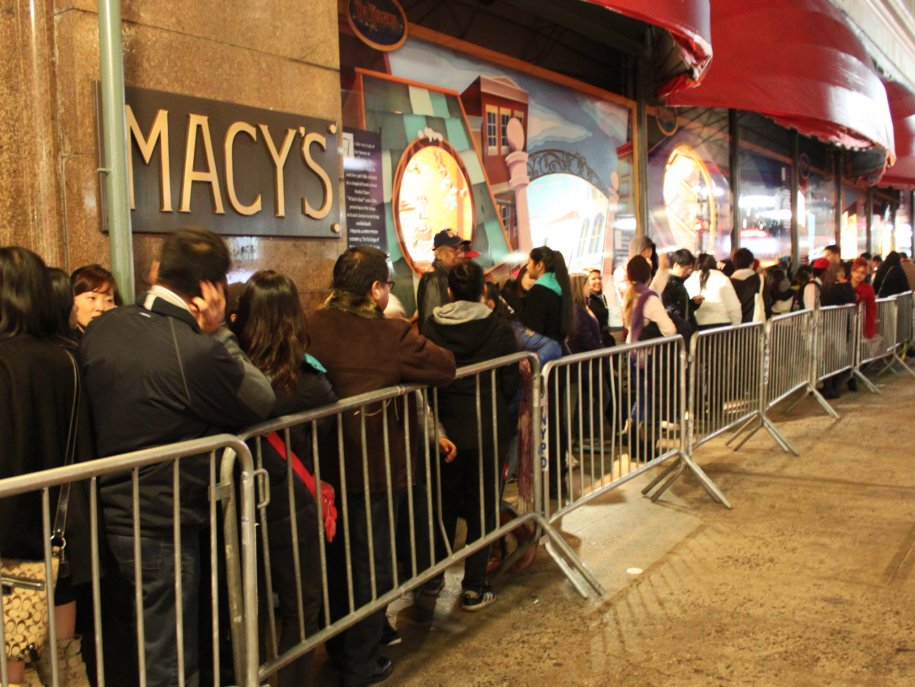 macys-opened-multiple-entrances-to-help-prevent-a-stampede-where-one-line-ended-there-would-be-another-door-and-another-line-1 Faire des affaires à New York le jour de la Black Friday