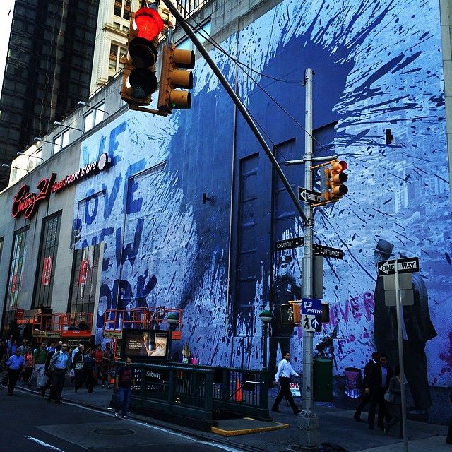10689940_10152625410970358_4225988404019308022_n La collaboration de Mr Brainwash et Century 21 en hommage au 9/11